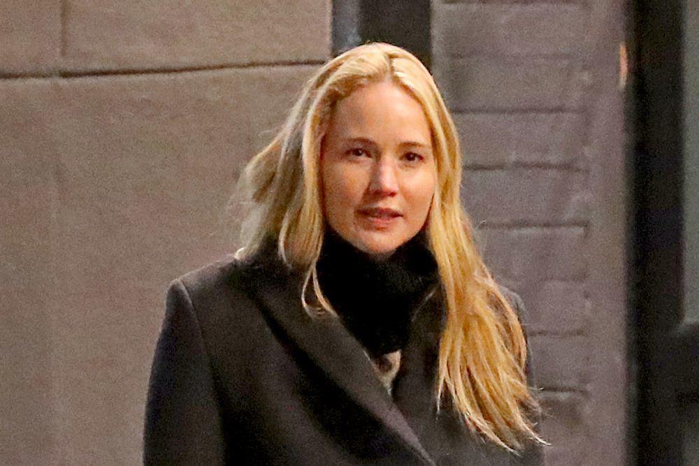 Jennifer Lawrence en Nueva York sin maquillaje con abrigo y outfit negro.