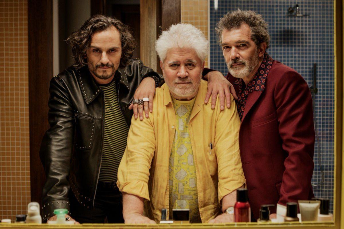Almodóvar con los protagonistas de Dolor y gloria, Antonio Banderas y...