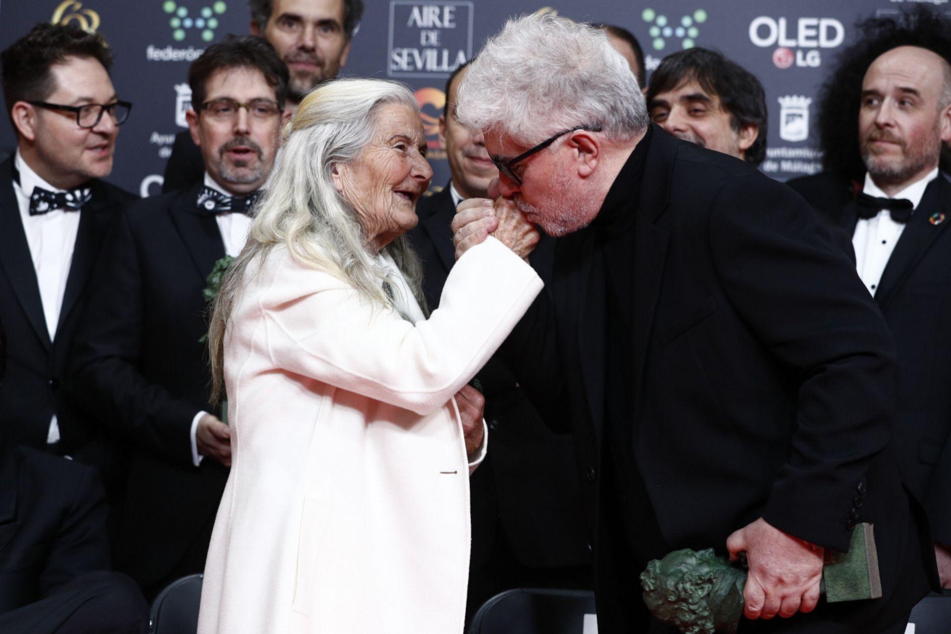 Benedicta Sánchez, premio a la actriz revelación, con Almodóvar