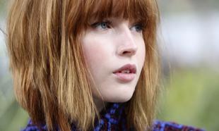 Ellie Bamber tiene el corte de pelo y el color de moda de la...