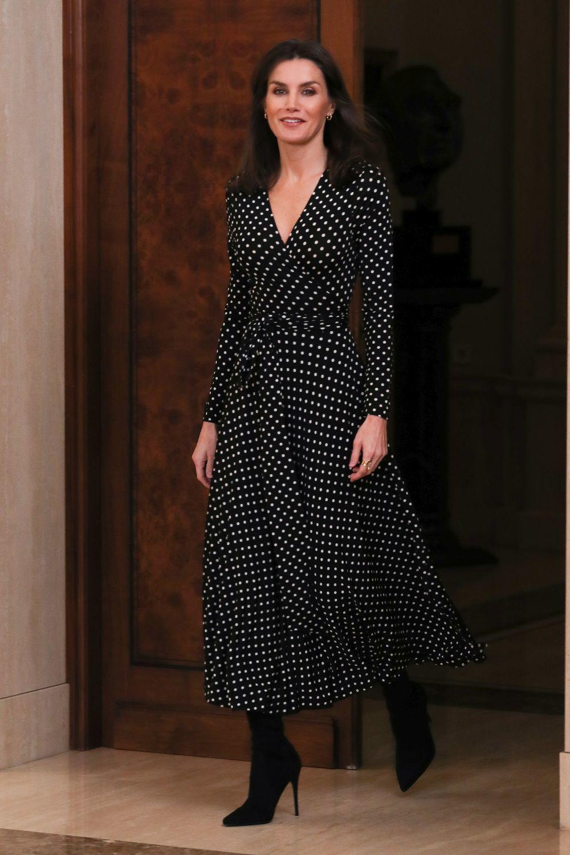 Doña Letizia con un vestido de lunares de Carolina Herrera.