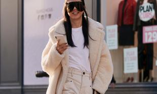 Los abrigos blancos gustan en el <em>street style</em> y a diario.
