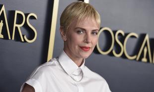 Charlize Theron en la antesala de los Premios Oscar 2020 vestida de...