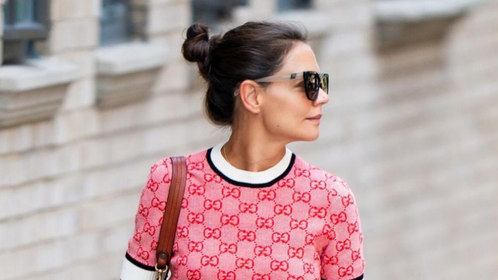 Katie Holmes no se quita el moño alto de bailarina que estiliza su rostro y nos encanta para los looks de street style.