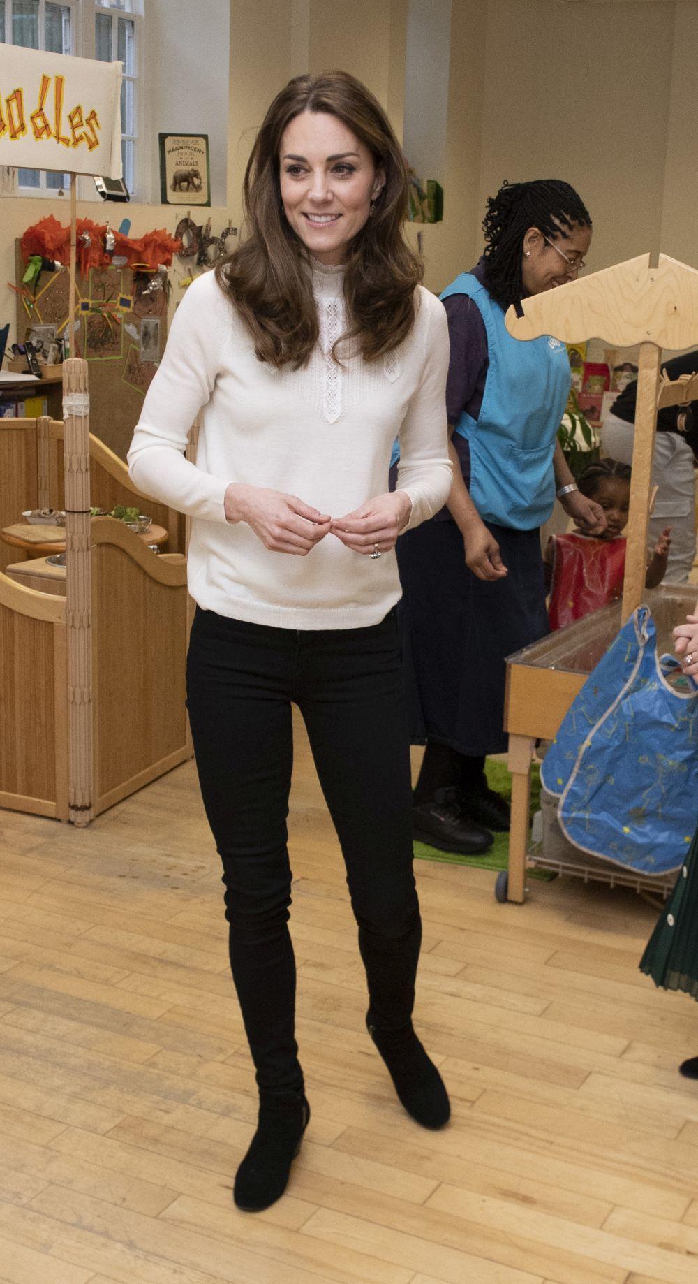 Kate Middleton con pantalones pitillo de Zara.
