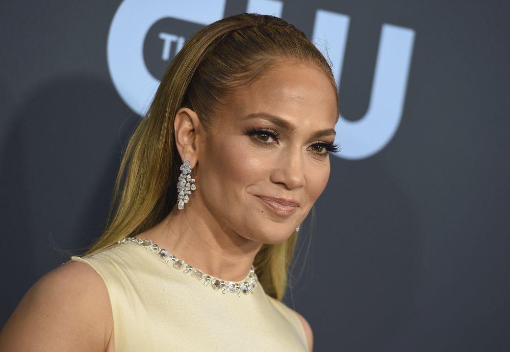 Las mechas como las que luce Jennifer Lopez disimulan el efecto raíz de las canas por más tiempo.