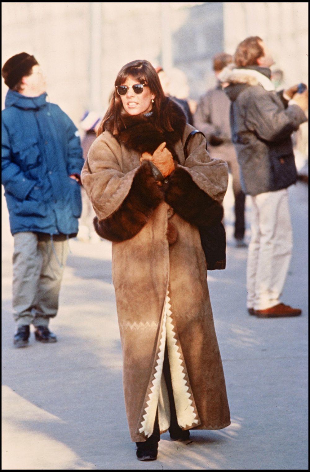 Carolina de Mónaco con abrigo extralargo en una imagen de los años 80