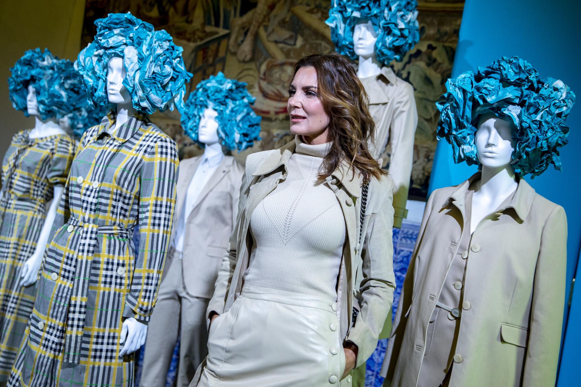 La modelo Mar Flores posando junto a la nueva colección de Roberto...