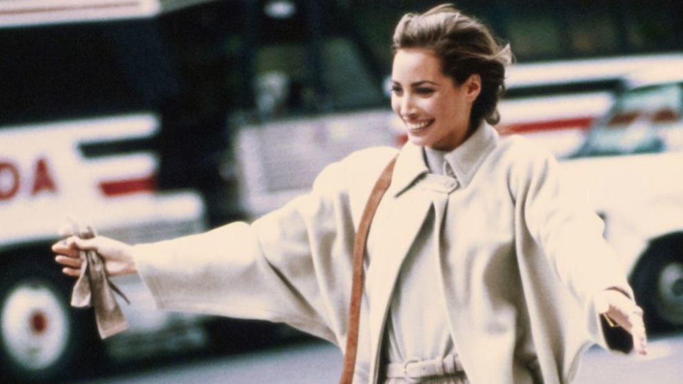 Christy Turlington, en 1989, con el perfecto abrigo beige pálido en...