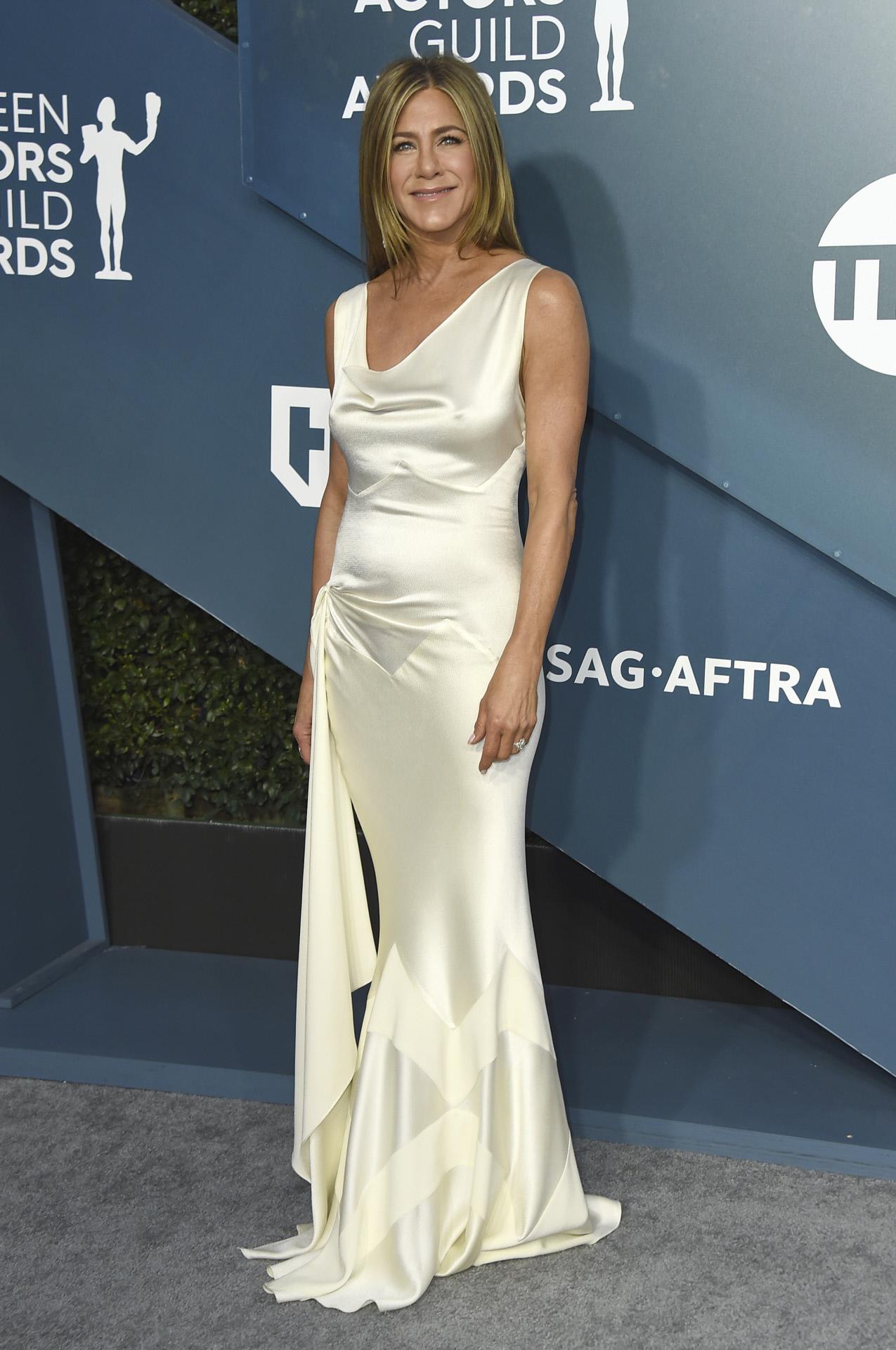 Jennifer Aniston luciendo un vestido satinado de Christian Dior en los SAG Awards