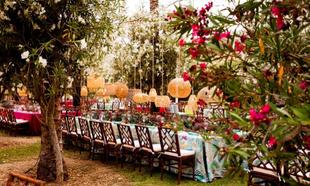 Una mesa en mitad de un jardín decorada por Quilicuá.
