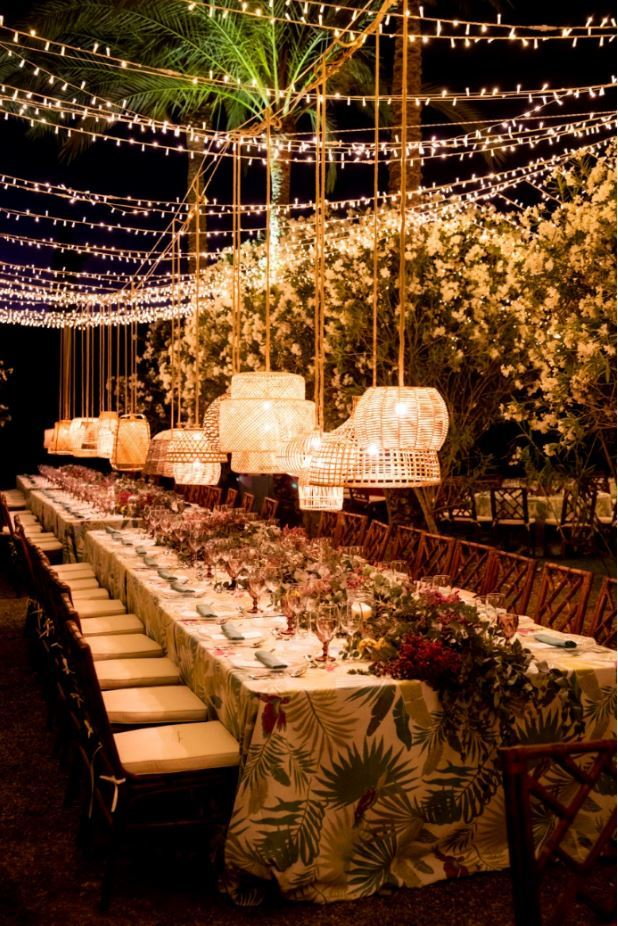 Mesa vestida e iluminada por Quilicuá.