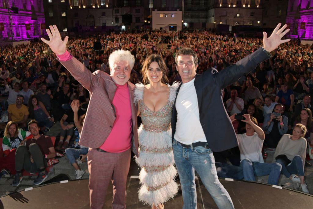 Penélope Cruz, Antonio Banderas y Pedro Almodóvar en la premiere de...