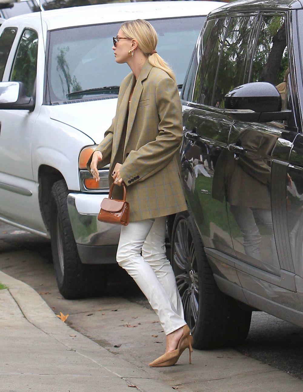 Hailey Baldwin con blazer XL.