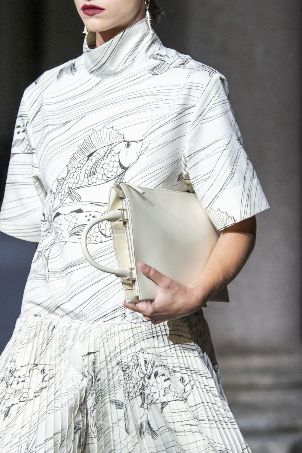 En el desfile de Jil Sander es el modo de llevar el bolso lo que lo convierte en diurno