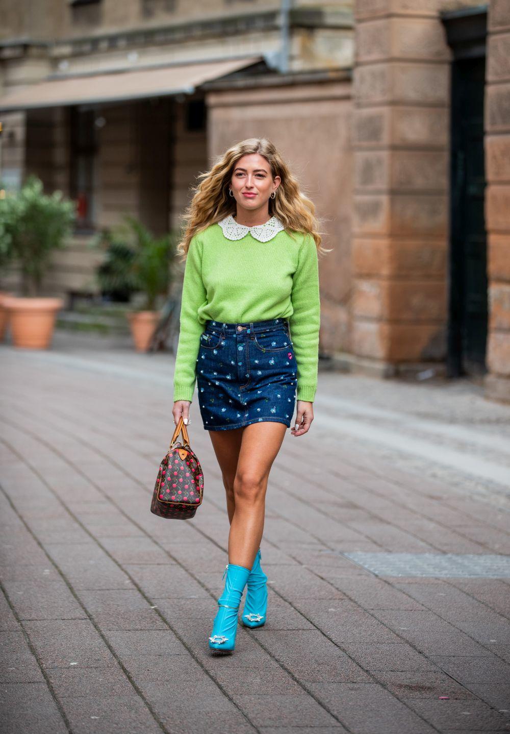 Emili Sindlev con falda mini