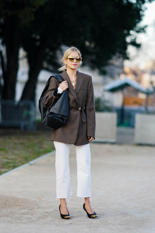 Caroline Daur con jeans blancos
