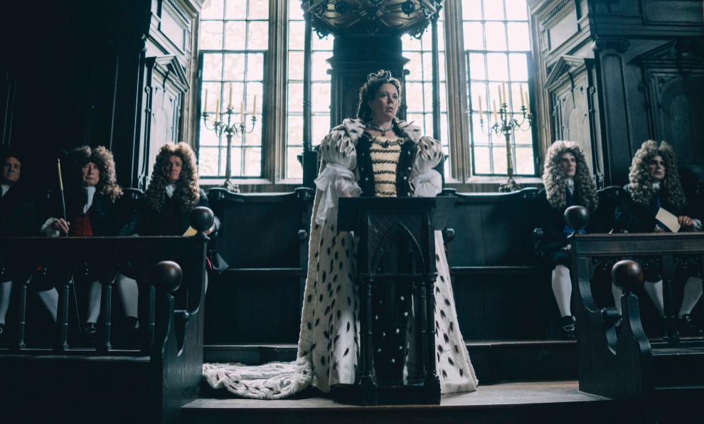 Olivia Colman interpretando a Isabel II en la serie The Crown
