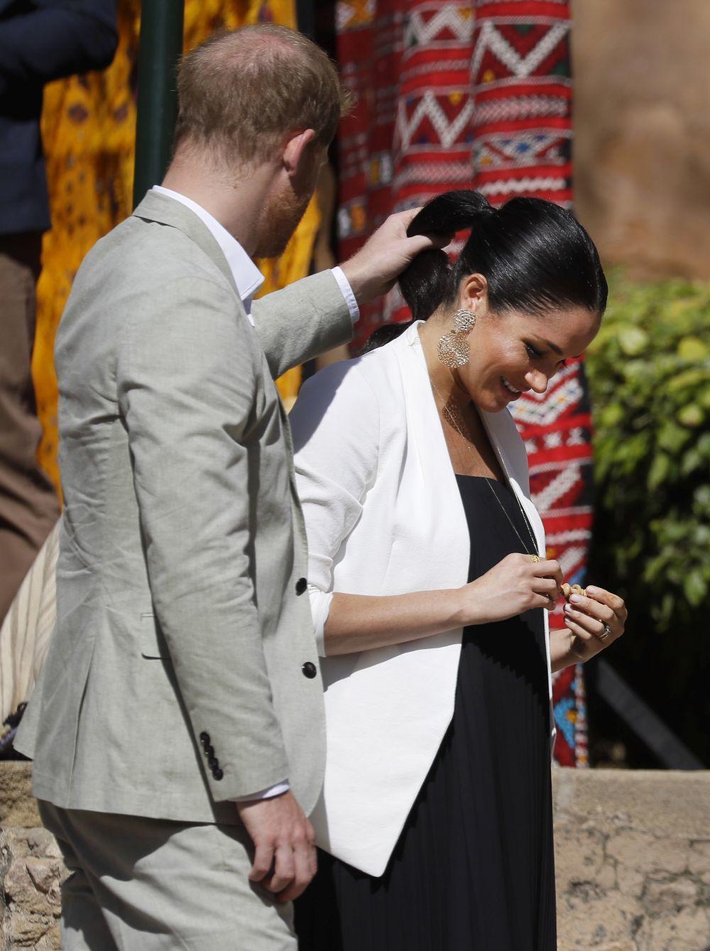 El príncipe Harry colocándole el pelo a Meghan Markle.