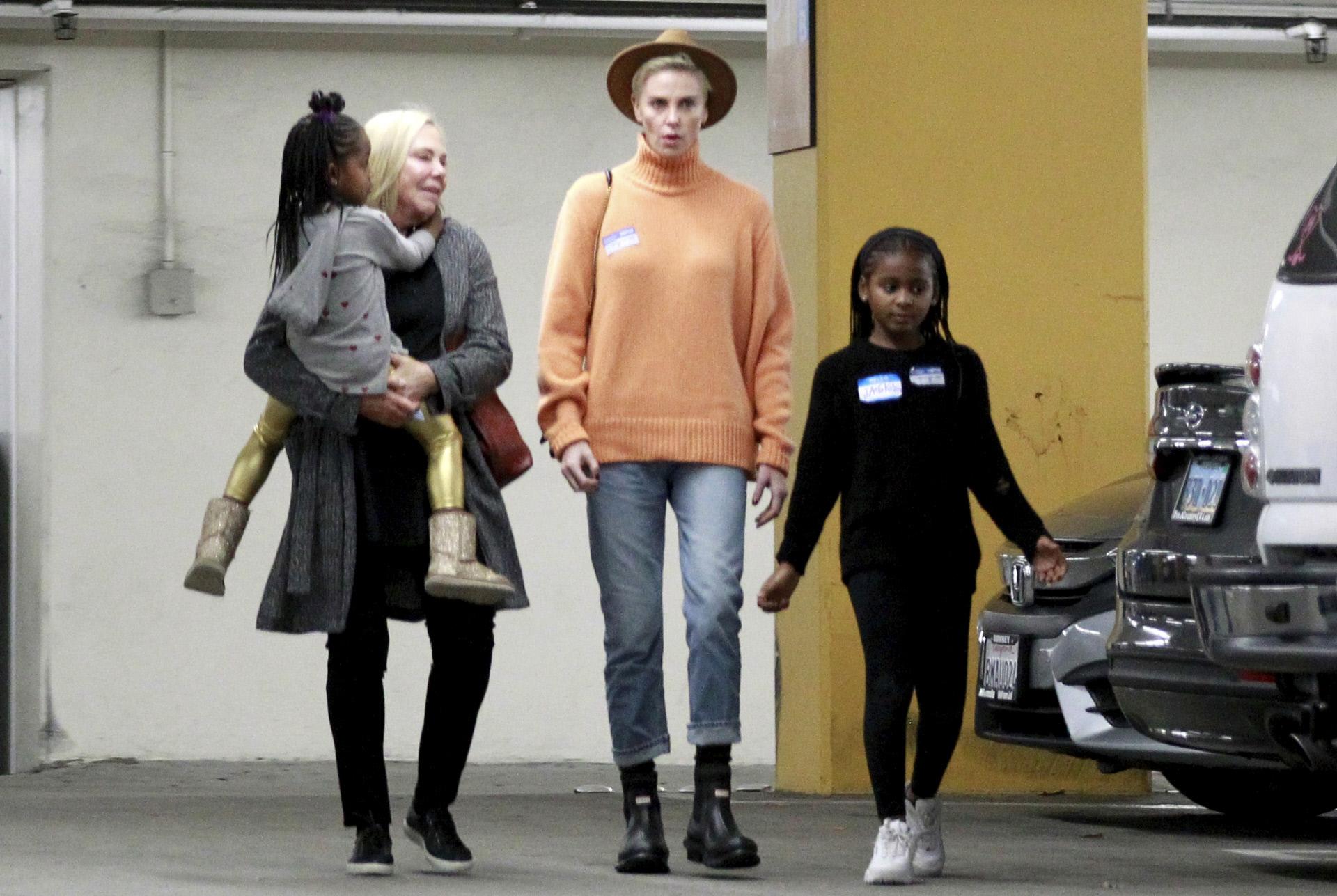 La actriz Charlize Theron con sus hijas, Jackson y August, y su madre...