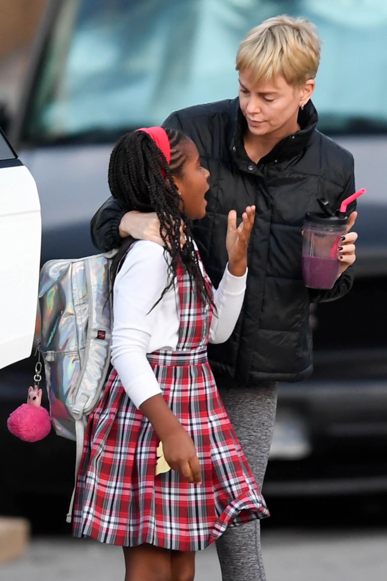 La actriz Charlize Theron y su hija Jackson.