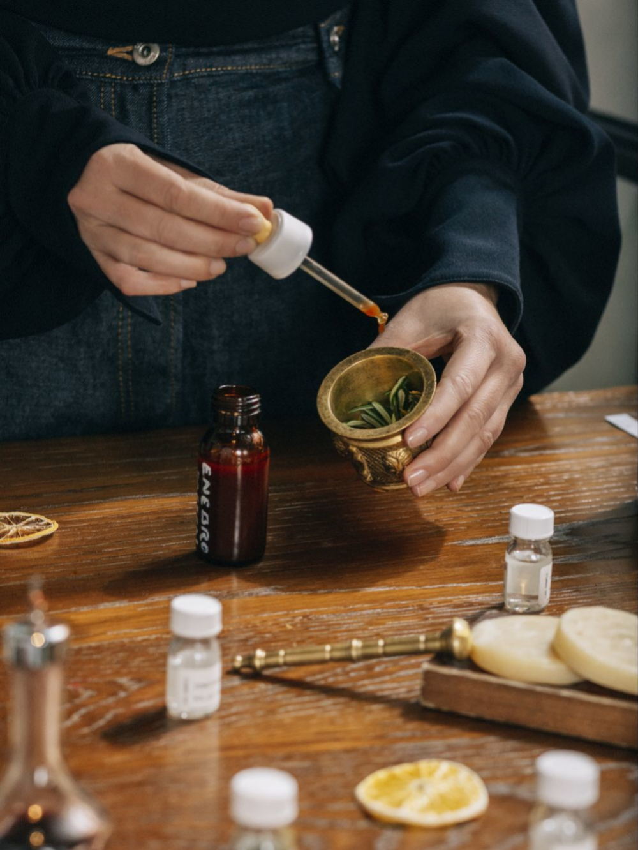 La perfumista Nuria Cruelles probando mezclas de aromas cítricos.