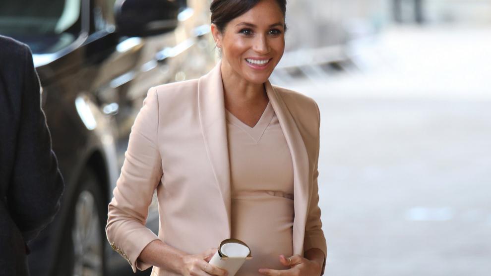 Meghan Markle con blazer y vestido color maquillaje durante su...