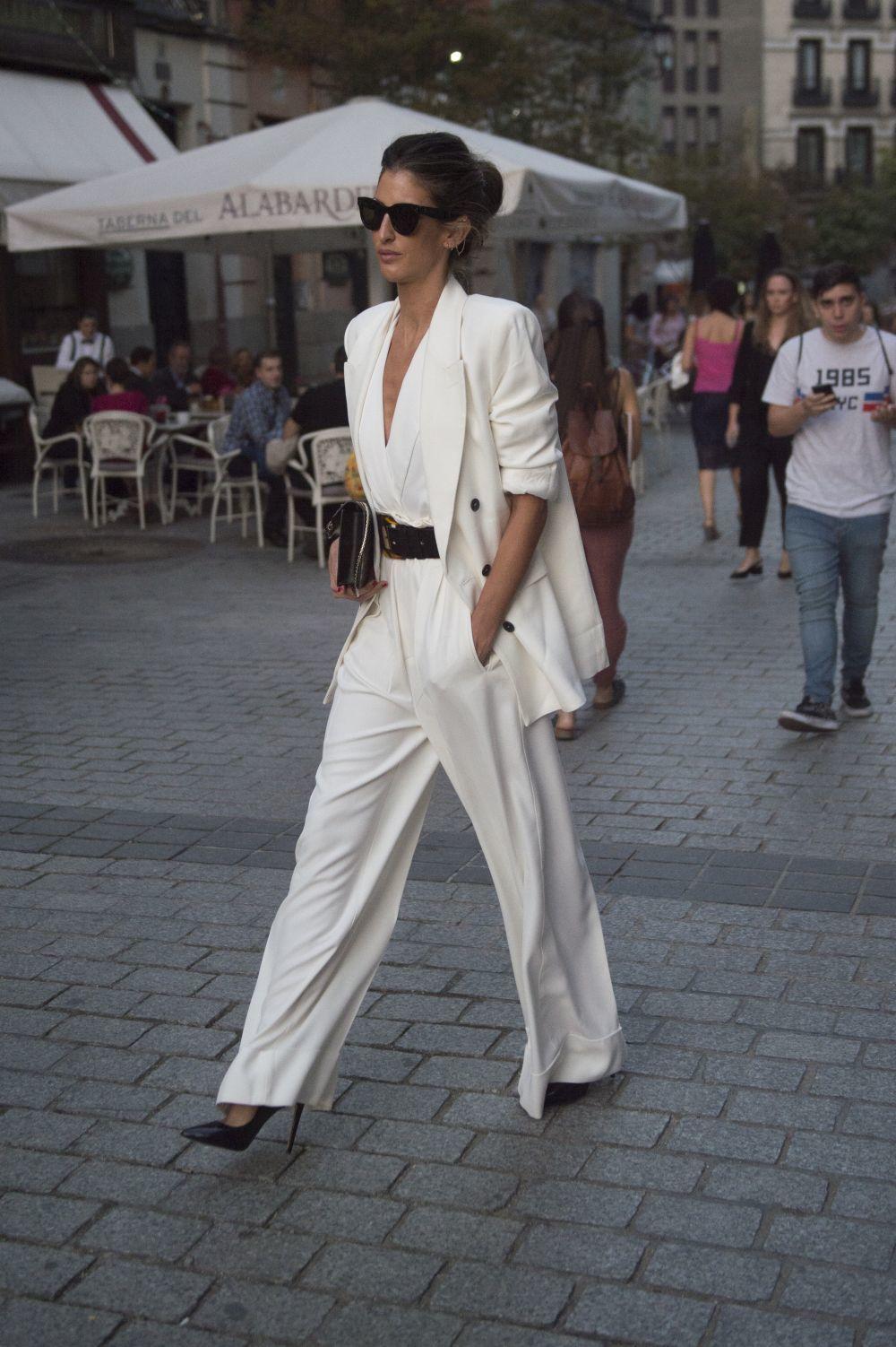 Inés Domecq con un sastre blanco.