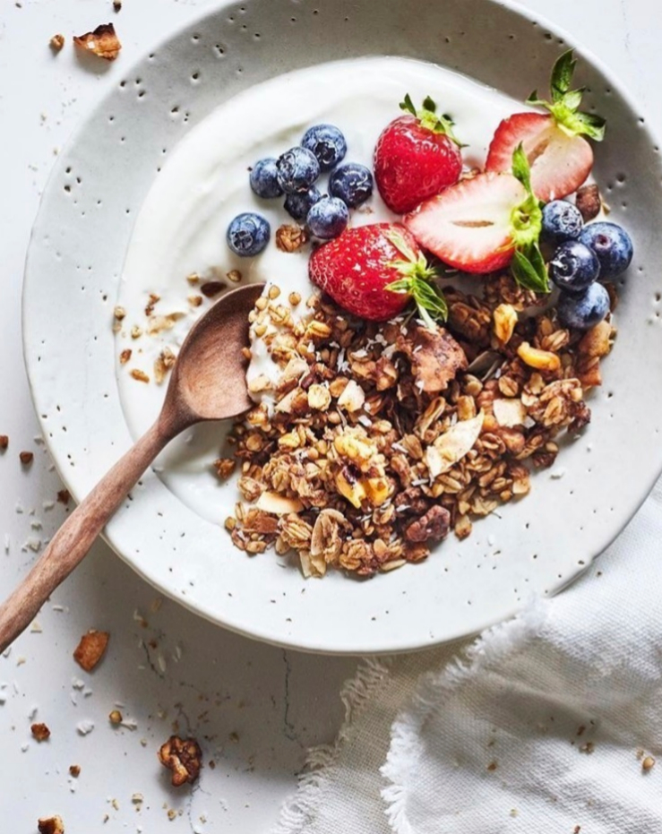Este es un buen ejemplo de desayuno: yogur, copos de avena, frutos secos y fruta.