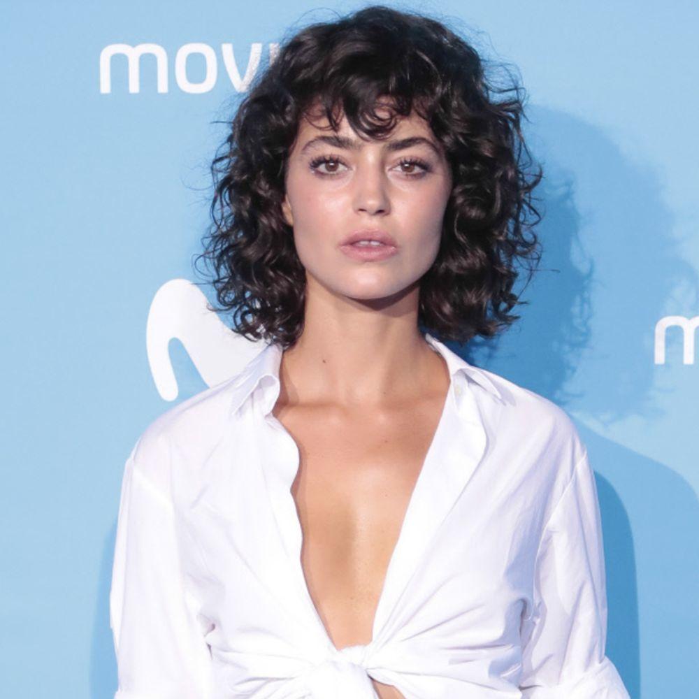 La actriz Cecilia Gómez con un corte bob con rizos definidos.