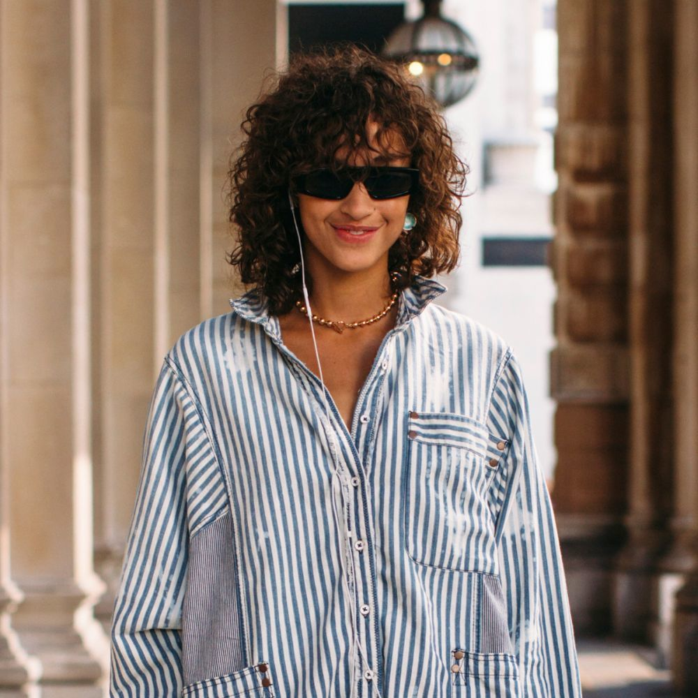 El corte Morrison con flequillo y rizos abiertos es otro de nuestros favoritos de los looks de street style de cara a la nueva temporada.