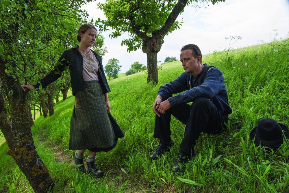 """Franz y su mujer, Fani, se enamoran en las verdes praderas austriacas en """"Vida oculta""""."""