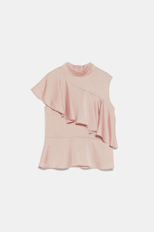 Blusa satinada en rosa palo con volantes de Zara (9,99¤)