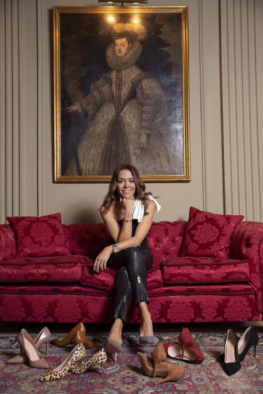 Isabel Abdo junto a los stilettos de su marca.