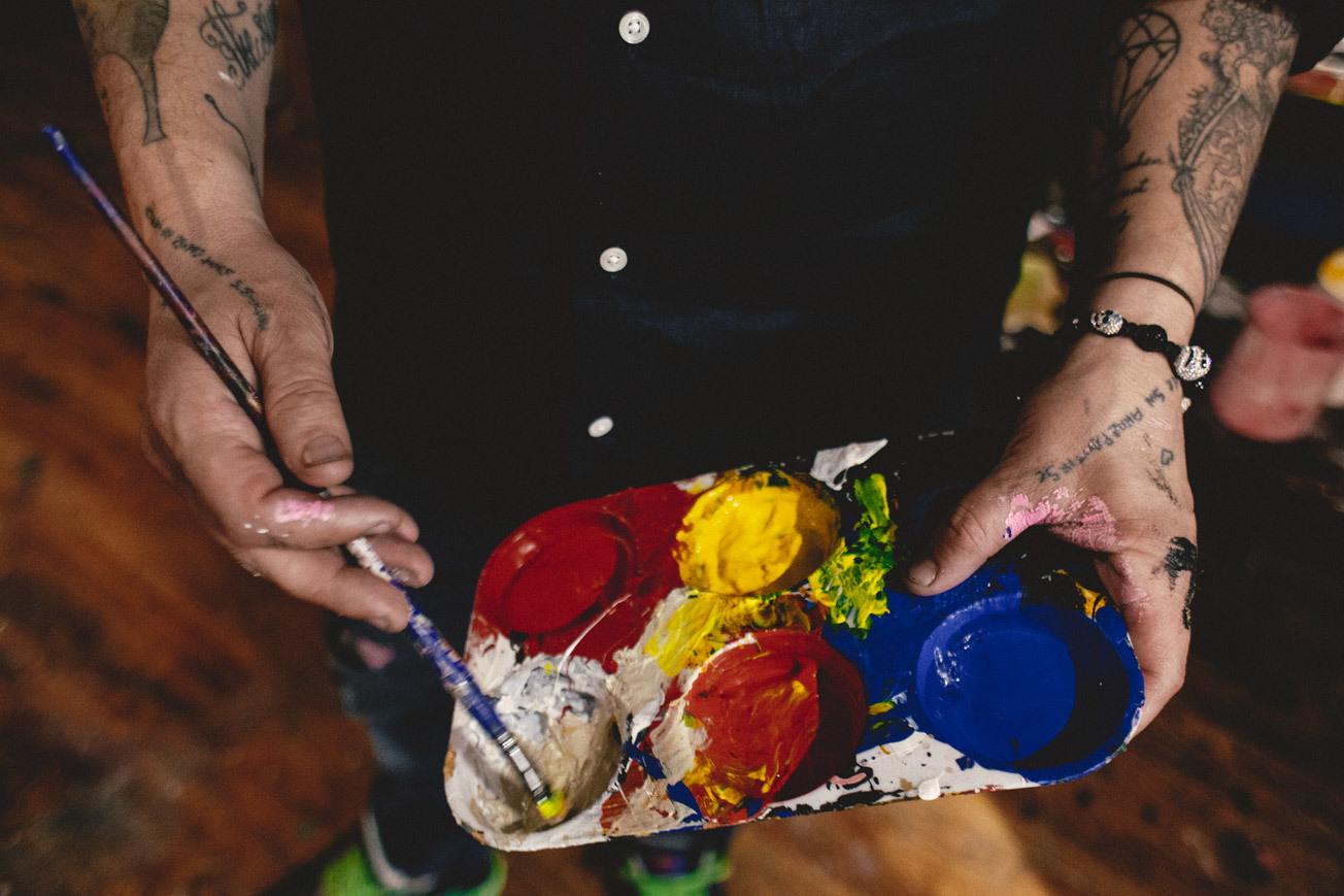 Las paletas de Domingo Zapata y sus brazos llenos de tatuajes.