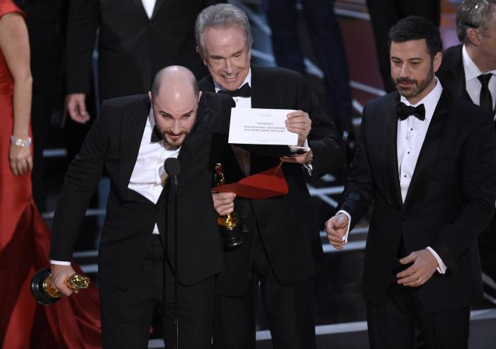 Jordan Horowitz, producto de <em>La La Land</em> muestra el nombre de la película ganadora <em>Moonlight</em>.