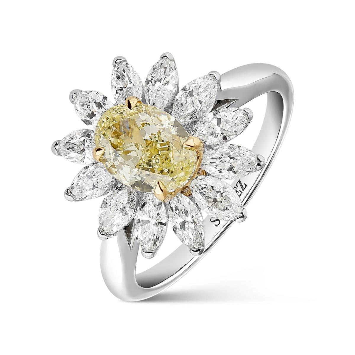 Anillo inspirado en la historia de amor de Rainiero de Mónaco y Grace Kelly de Suarez en oro blanco y oro amarillo de 18 quilates con diamante <em>fancy </em>y doce diamantes blancos de Suarez (c.p.v)