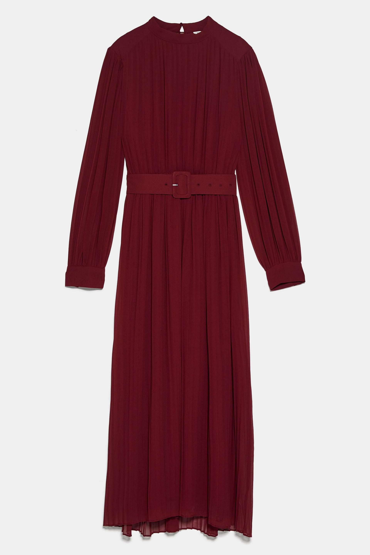 Vestido plisado en color burdeos con cinturón de Zara (39,95¤)