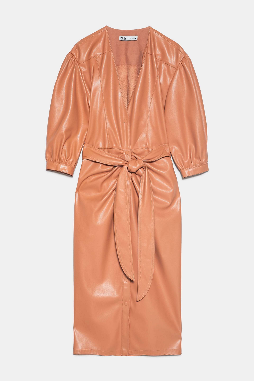 Vestido de efecto piel en color naranja de Zara (69,95¤)