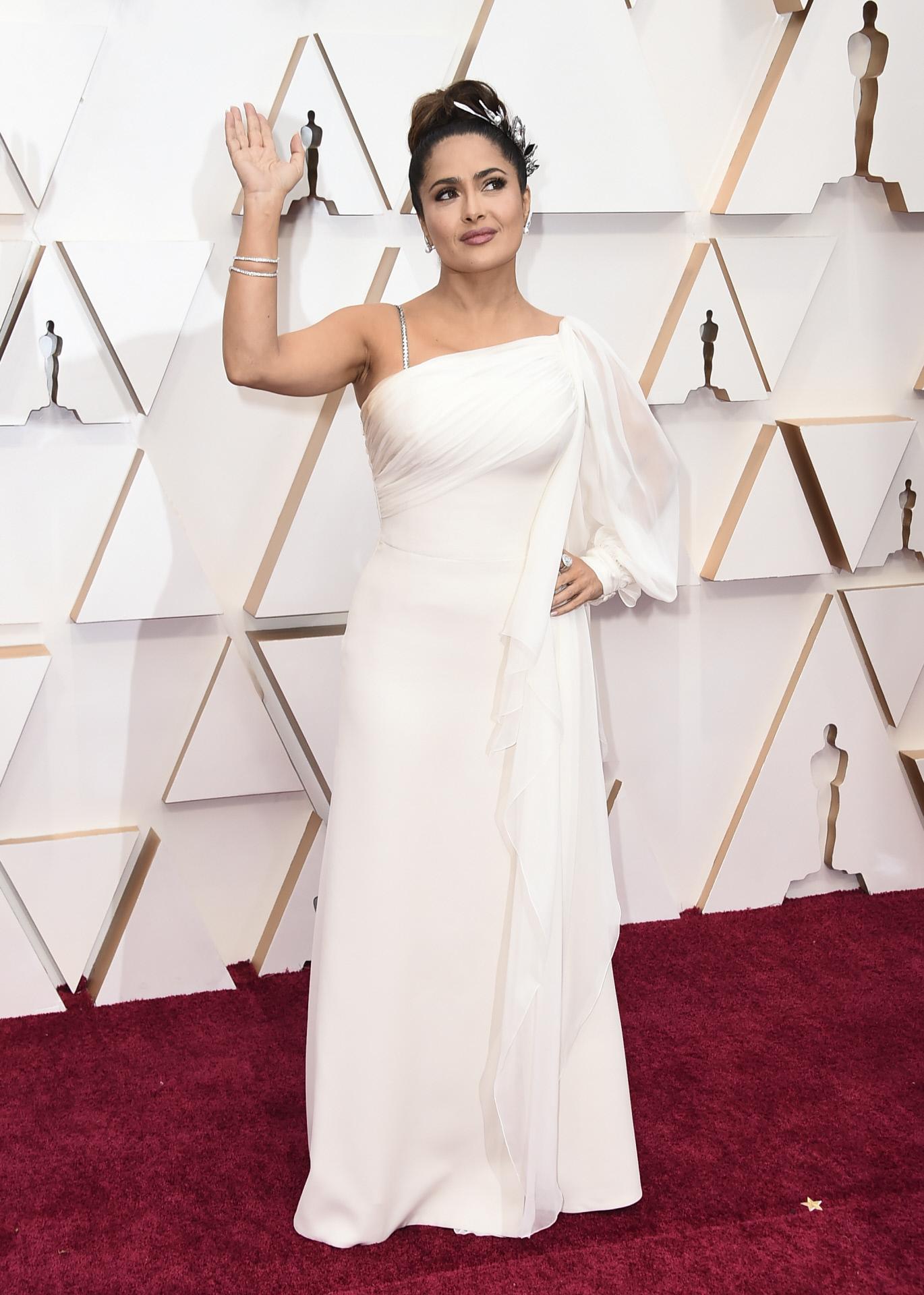 Salma Hayek parece una diosa griega con este vestido asimétrico blanco.