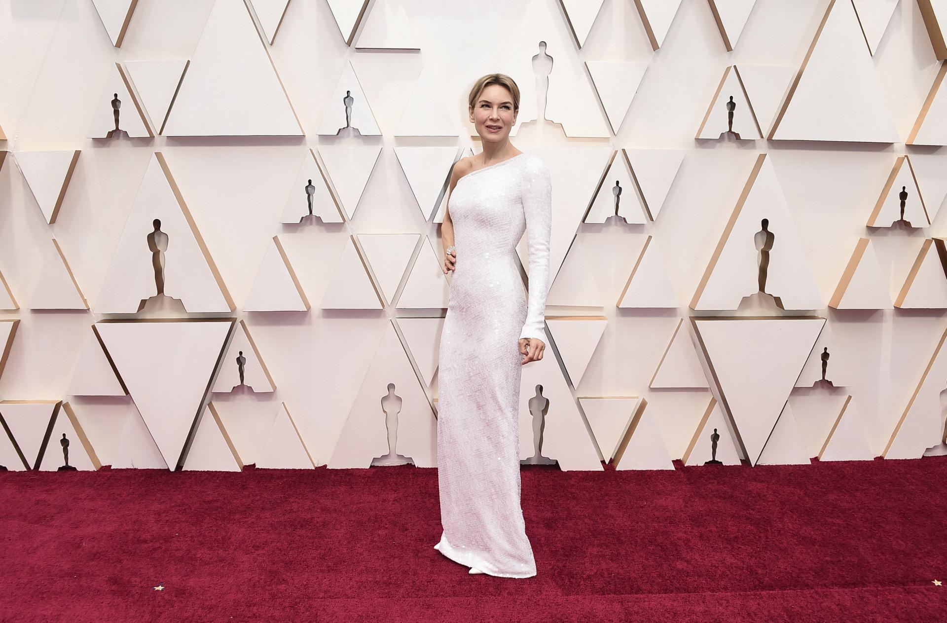 Renée Zellweger, ganadora del Oscar a la mejor actriz, a la llegada del teatro Dolby de Los Angele, con vestido de Armani.