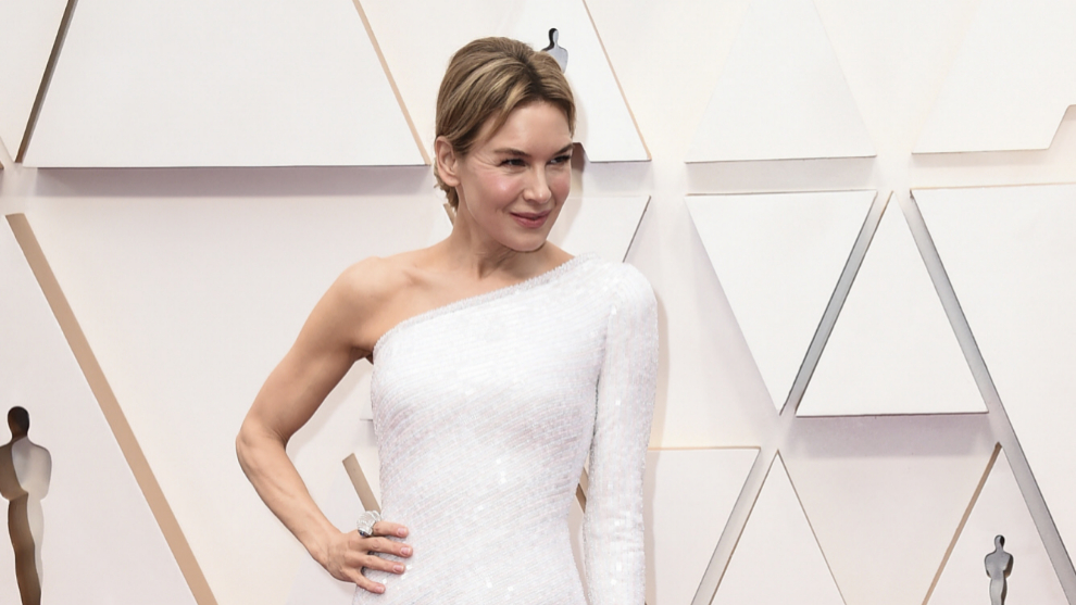 Renée Zellweger con un vestido asimétrico de lentejuelas de Armani.