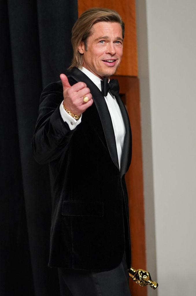 Brad Pitt posa tras recibir su Oscar a Mejor Actor Secundario.