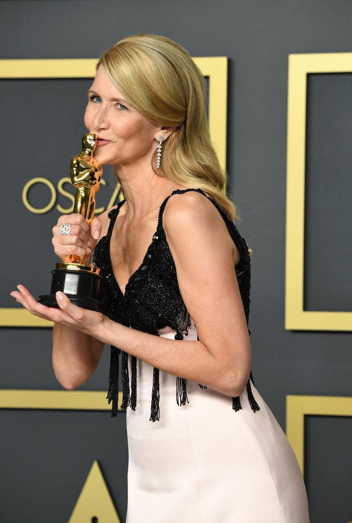 Laura Dern con su Oscar.