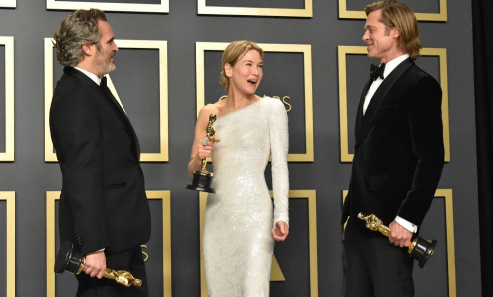 Joaquin Phoenix, Renée Zellweger y Brad Pitt posan con sus premios...