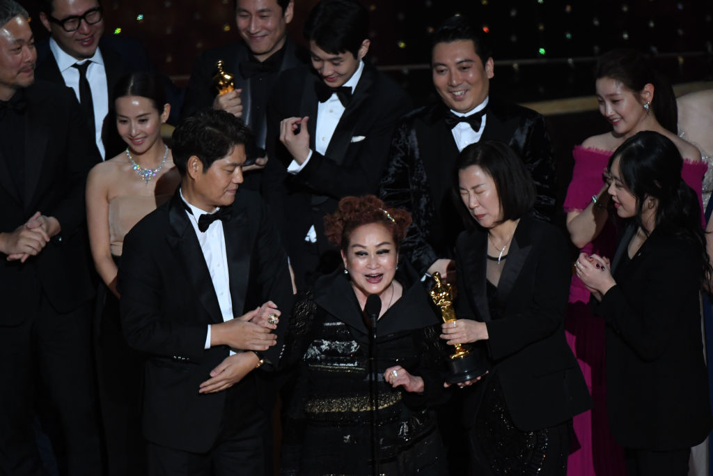 """El equipo de """"Parásitos"""" recogiendo el Oscar a Mejor Película."""