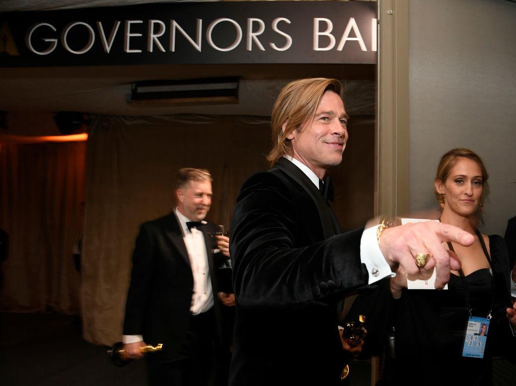Brad Pitt saludando tras recoger su Oscar.