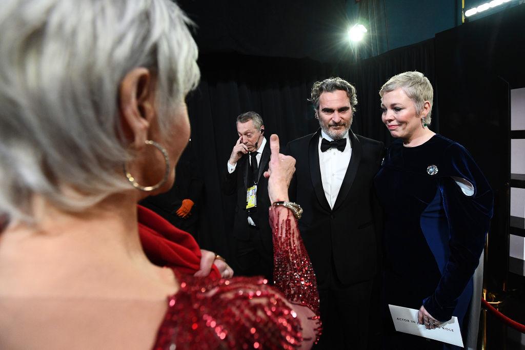 Jane Fonda saluda a Olivia Collman, que le ha entregado el Oscar a Mejor Actor a Joaquin Phoenix.