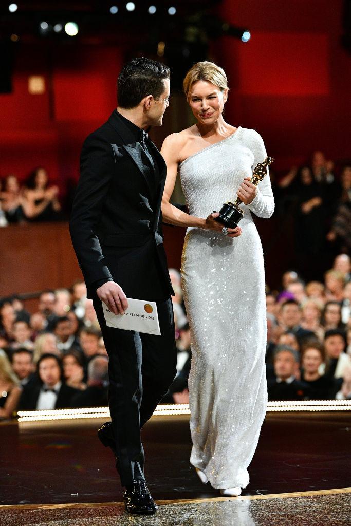 Rami Malek le entrega el Oscar a Mejor Actriz a Renée Zellweger.