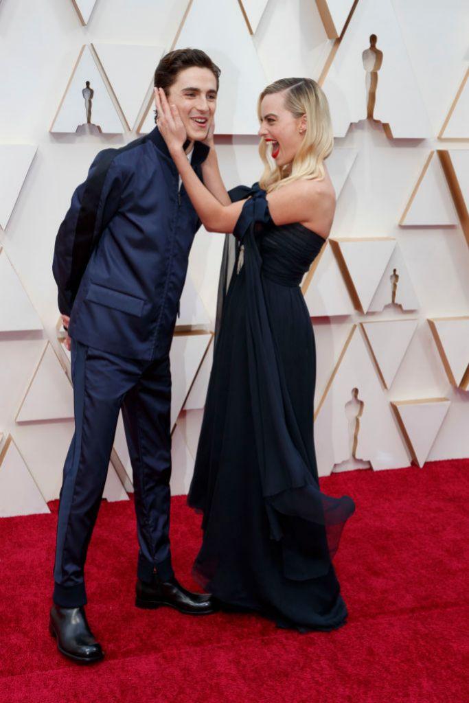 Margot Robbie le da un achuchón a Timothée Chalamet en la alfombra...